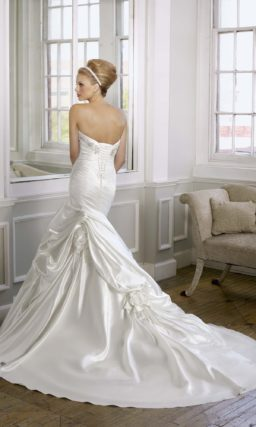 Атласное свадебное платье силуэта «рыбка» с классическим лифом, украшенным бисером.