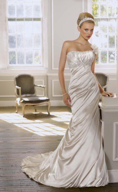 Глянцевое свадебное платье силуэта «рыбка» с бисерной вышивкой на лифе.
