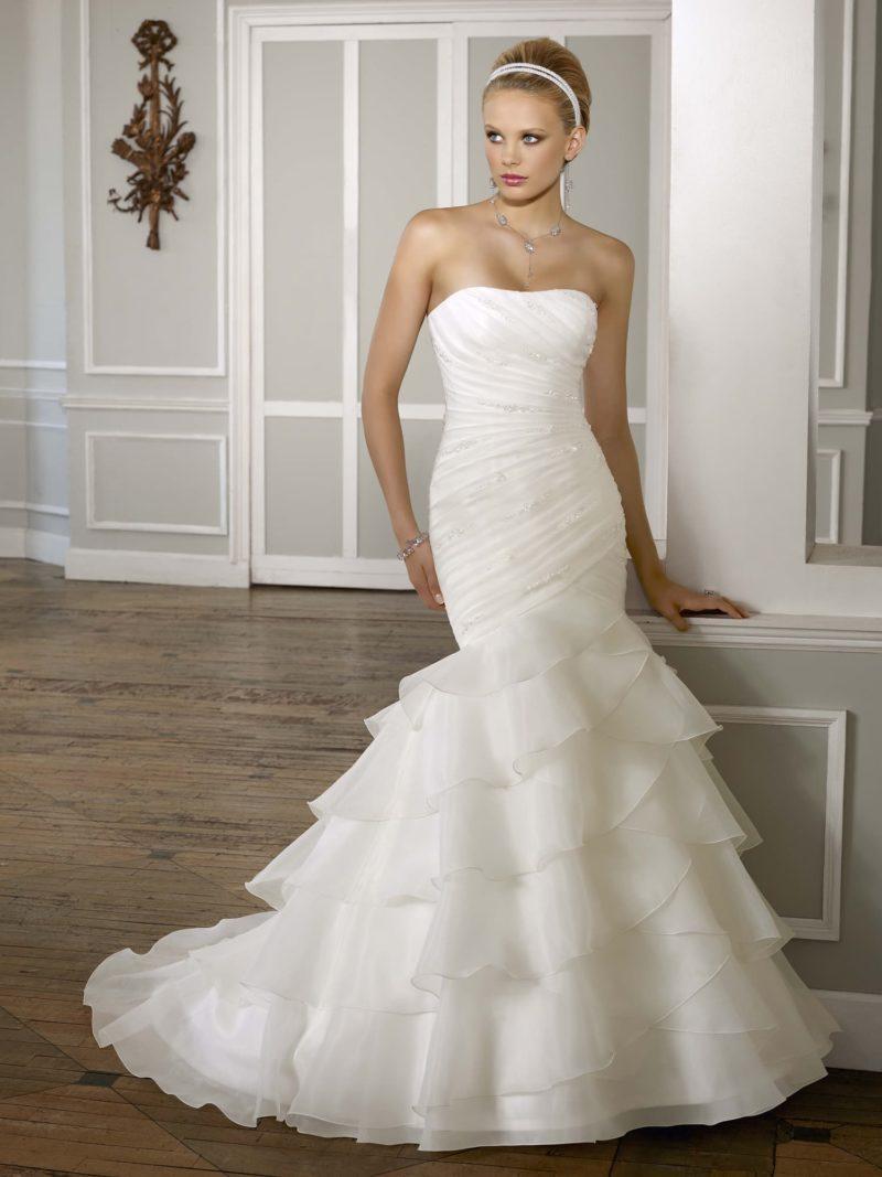 Открытое свадебное платье силуэта «рыбка» с полупрозрачными оборками по подолу.