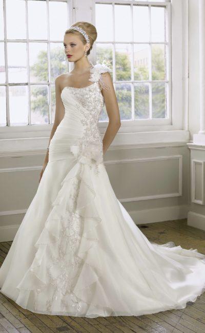 Свадебное платье силуэта «принцесса» с длинным шлейфом и вышивкой.