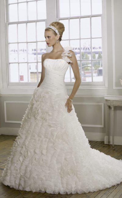 Открытое свадебное платье «принцесса» с драпировками на корсете и оборками на юбке.