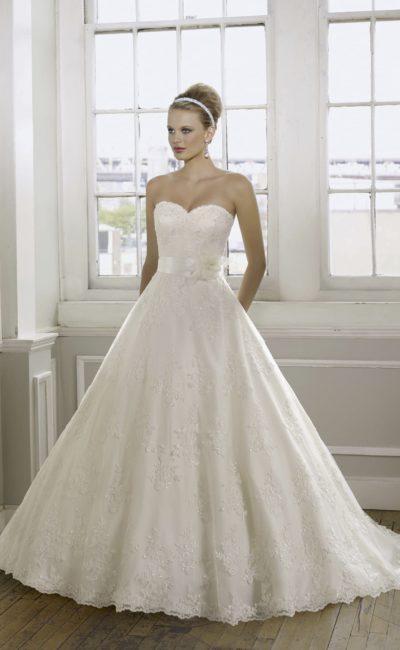 Открытое свадебное платье с отделкой из кружева и вышивки.