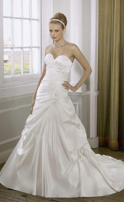 Открытое свадебное платье из атласной ткани с силуэтом «принцесса».