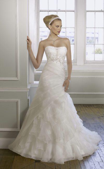 Свадебное платье с вышивкой на корсете и оборками на юбке.