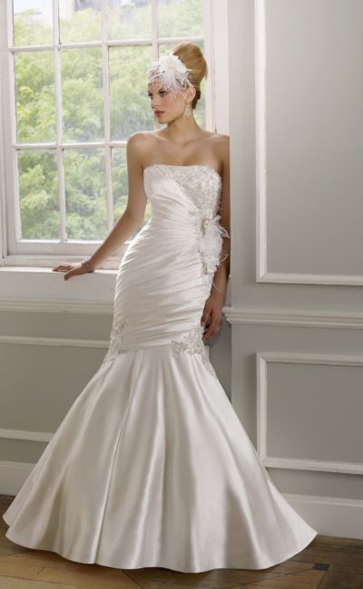 Открытое свадебное платье силуэта «рыбка» из атласной ткани с драпировками.