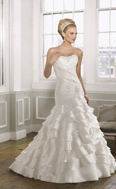 Романтичное свадебное платье с декором из оборок по всей юбке силуэта «рыбка».