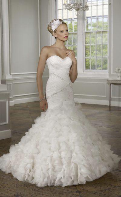 Открытое свадебное платье с силуэтом «рыбка» и фактурным декором нижней части юбки.