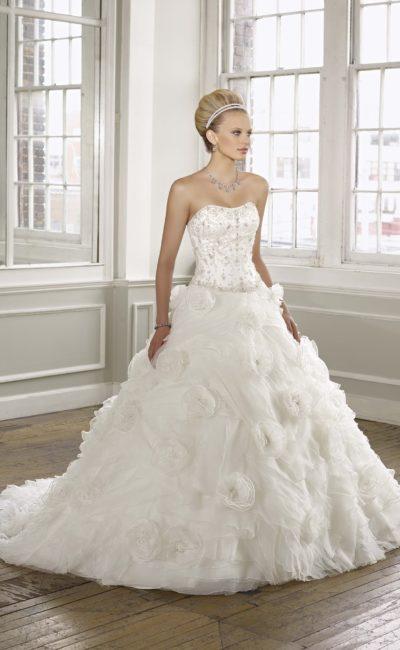 Открытое свадебное платье с объемной отделкой подола.