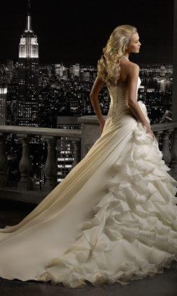 Открытое свадебное платье «рыбка» с длинным шлейфом и объемной отделкой юбки.