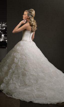 Пышное свадебное платье с отделкой из цветочных бутонов на подоле.