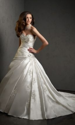 Атласное свадебное платье с пышным силуэтом и бисерной вышивкой на корсете.