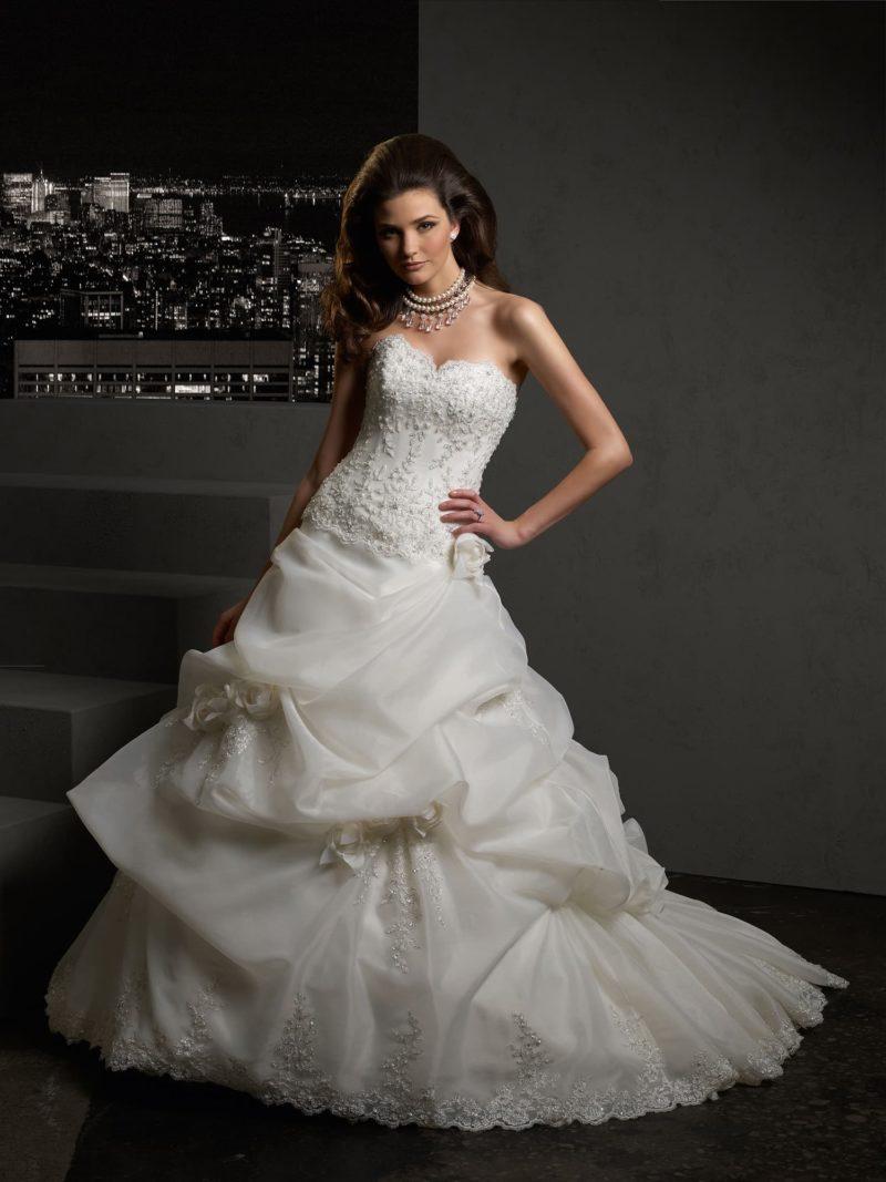 Открытое свадебное платье с объемными оборками по шлейфу.