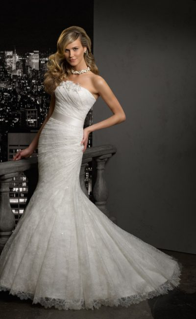 Свадебное платье силуэта «рыбка» с широким поясом и ажурным болеро с длинным рукавом.