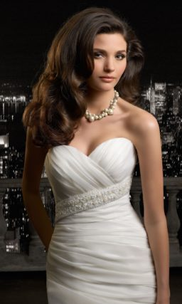 Открытое свадебное платье силуэта «рыбка» с объемной бретелькой через одно плечо.