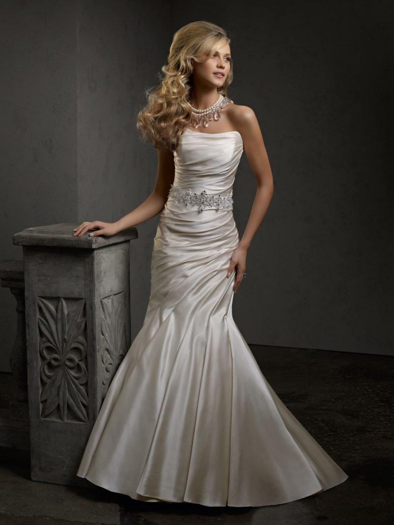 Атласное свадебное платье силуэта «рыбка» с драпировками и широким поясом.