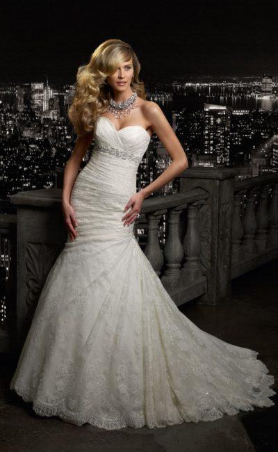Кружевное свадебное платье силуэта «рыбка» с узким бисерным поясом.