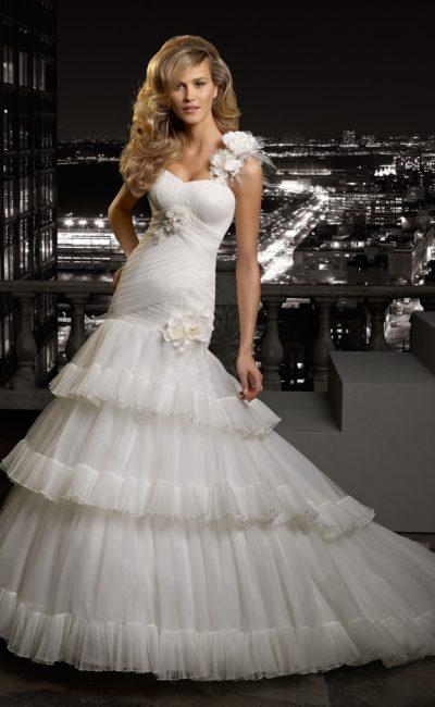 Свадебное платье силуэта «рыбка» с пышным низом юбки и бутонами на бретели.