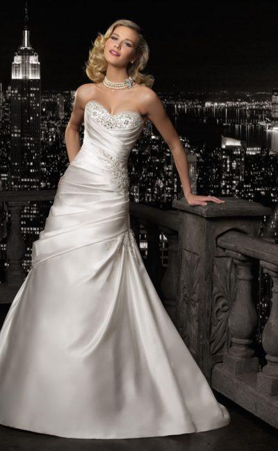 Атласное свадебное платье силуэта «рыбка» с вышивкой на лифе в форме сердечка.