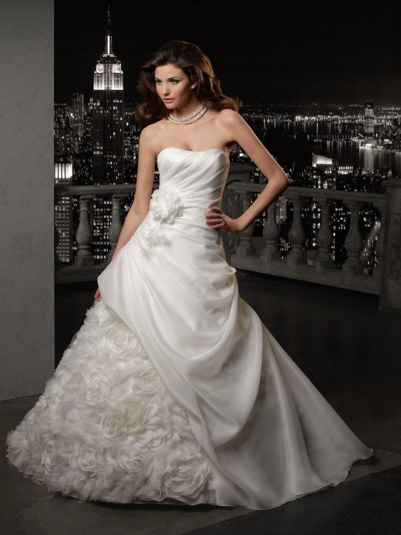 Романтичное свадебное платье с драпировками и бутонами на подоле.