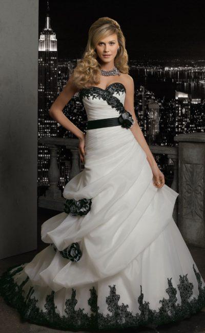 Свадебное платье с контрастной отделкой и широким черным поясом.
