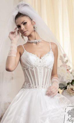 Пышное свадебное платье с открытым лифом и полупрозрачным на талии корсетом.
