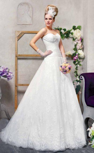 Свадебное платье силуэта «принцесса» с открытым лифом, очерченным снизу драпировками.