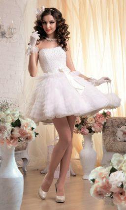 Короткое свадебное платье с вышивкой на корсете и юбкой, покрытой оборками.