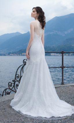 Сдержанное свадебное платье силуэта «рыбка» со шлейфом и нежным кружевным декором.