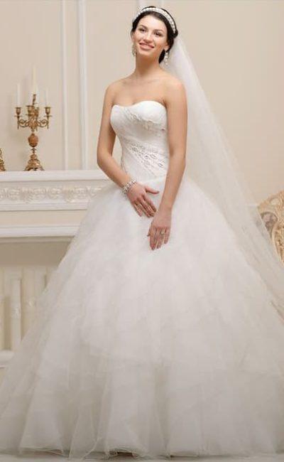 Открытое свадебное платье пышного силуэта с романтичными тонкими оборками по подолу.