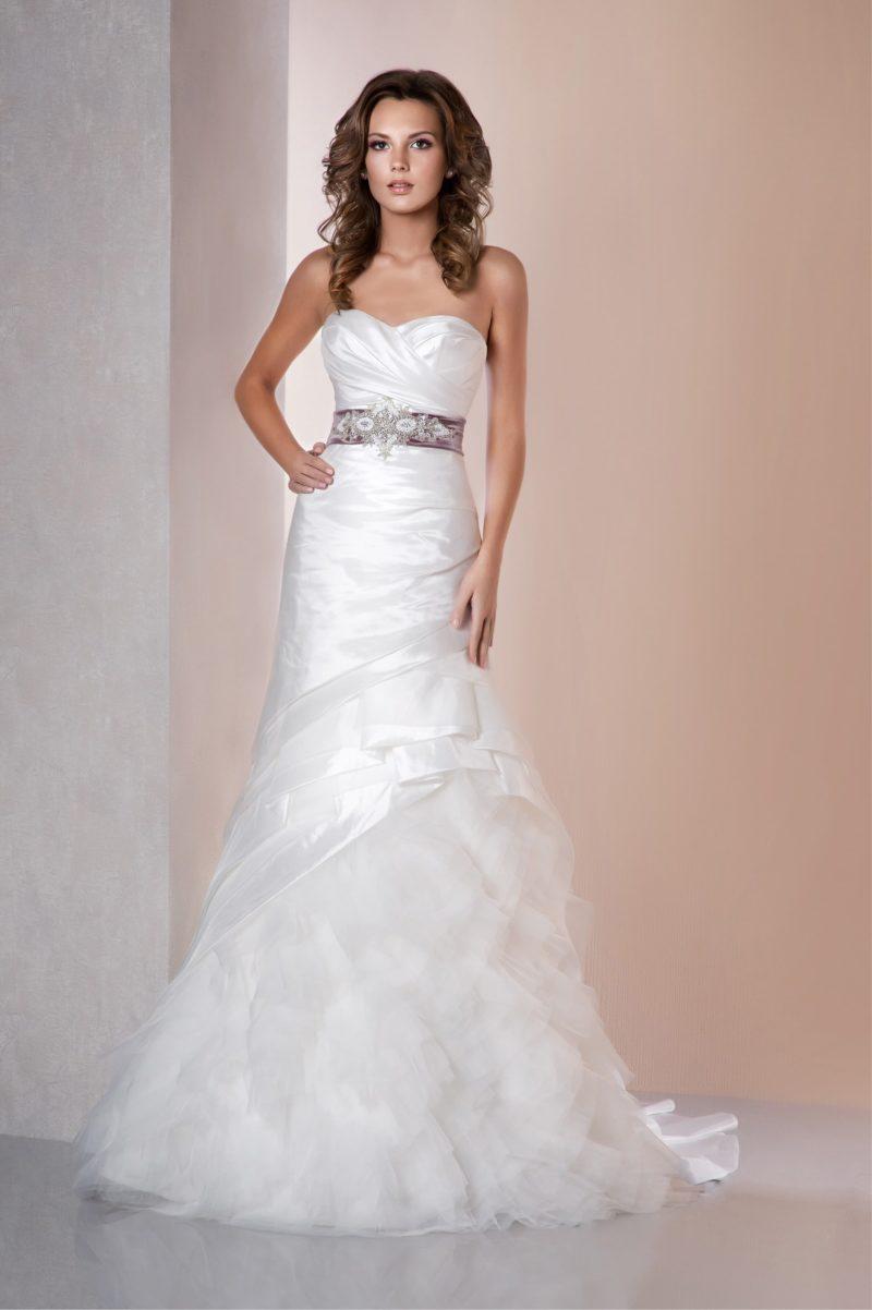 Атласное свадебное платье с силуэтом «рыбка» и широким лиловым поясом с вышивкой.