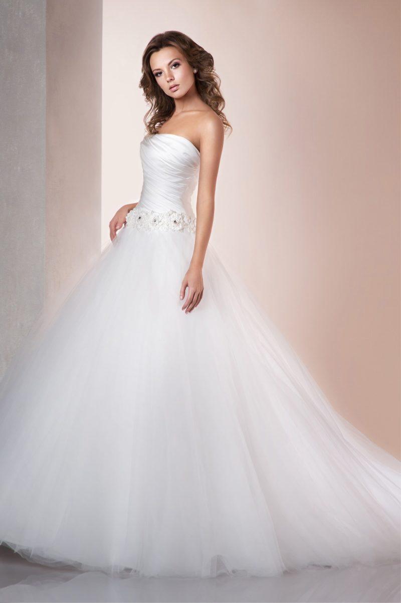 Пышное свадебное платье с притягательным открытым корсетом из атласа с драпировками.