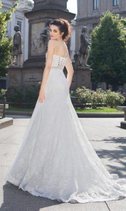 Свадебное платье силуэта «принцесса» с ажурным портретным декольте и коротким рукавом.