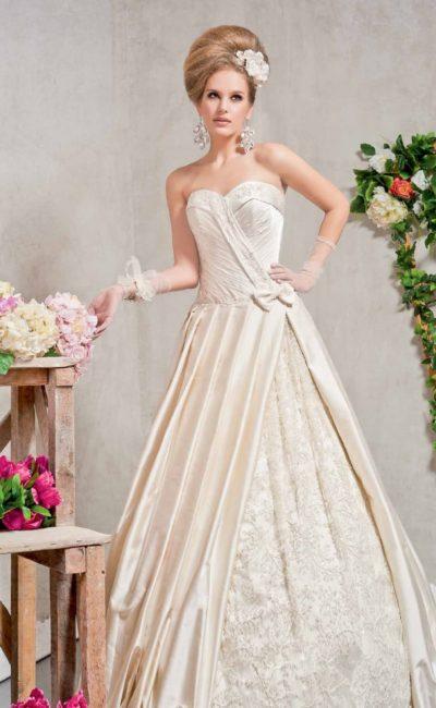 Роскошное свадебное платье А-силуэта из атласной ткани цвета слоновой кости с декором из складок.