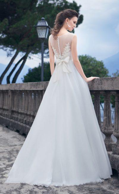 Свадебное платье А-силуэта с ажурной спинкой и широким поясом, сзади завязанным бантом.