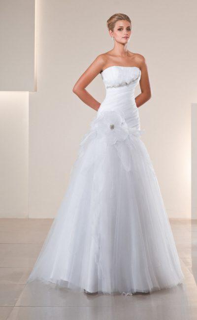 Открытое свадебное платье с декором