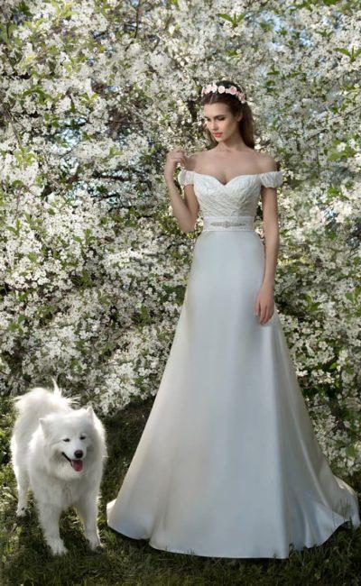 Свадебное платье с прямым силуэтом и портретным декольте, дополненным бретелями на предплечьях.