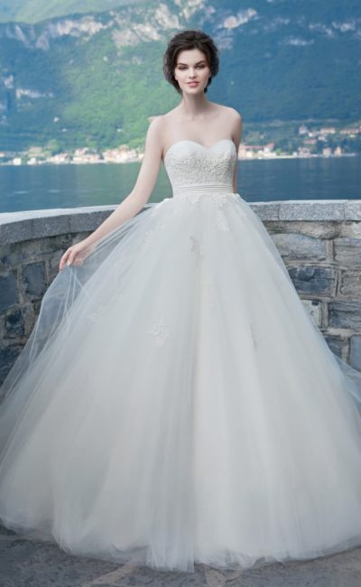 Пышное свадебное платье с открытым корсетом с кружевной отделкой и поясом.