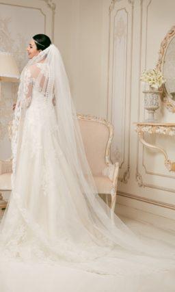 Закрытое свадебное платье силуэта «принцесса» с длинным рукавом и ажурной спинкой.