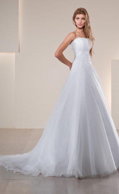 Свадебное платье «принцесса» с длинным полупрозрачным шлейфом и открытым корсетом.