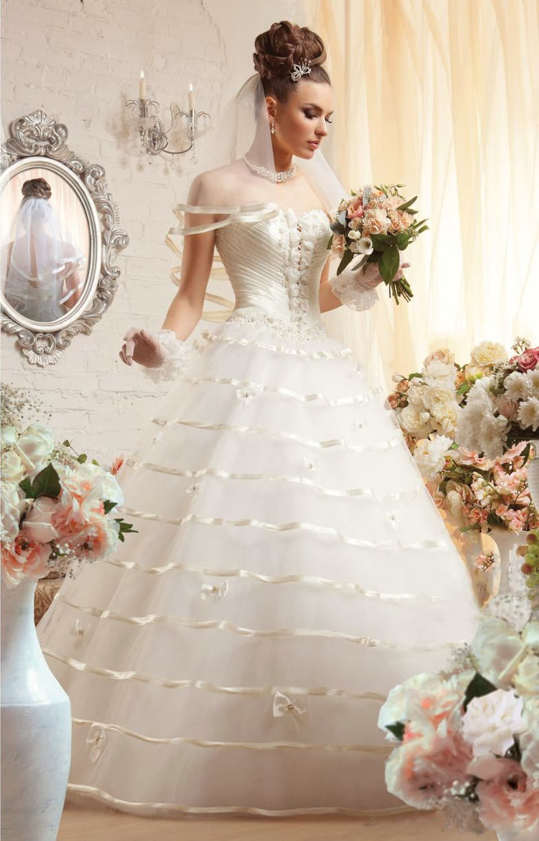 Пышное свадебное платье с роскошным корсетом и юбкой, покрытой атласной тесьмой.