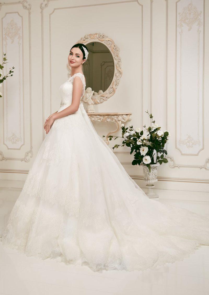 Кружевное свадебное платье силуэта «принцесса» с широким поясом, расшитым бисером.