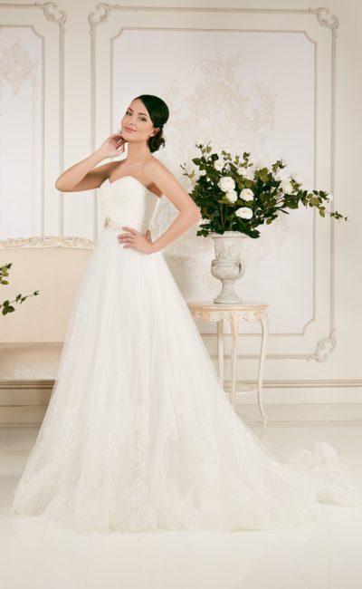 Свадебное платье «принцесса» с кружевным болеро и бисерным декором на талии.