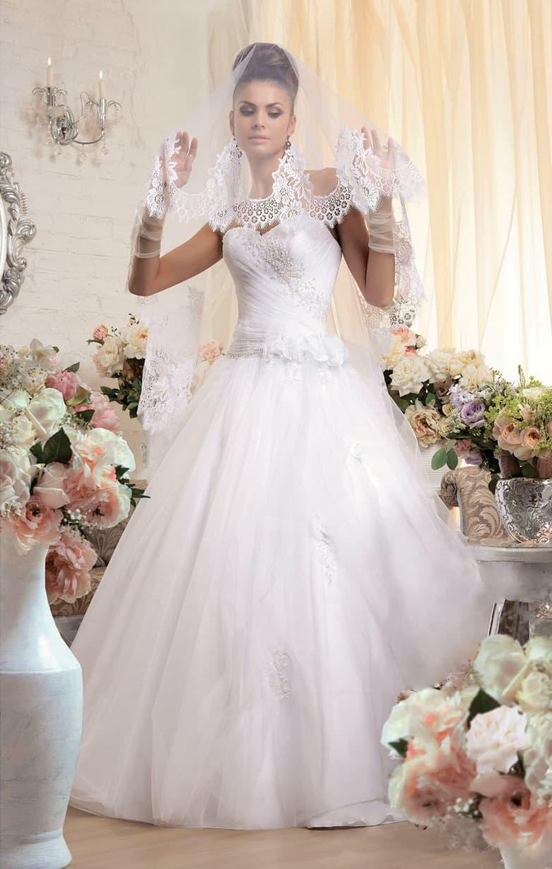 Пышное свадебное платье с открытым корсетом и юбкой с глянцевой подкладкой.