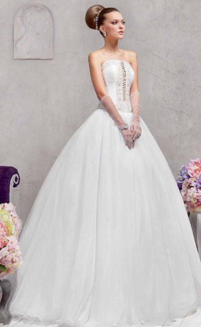 Открытое свадебное платье с пышным силуэтом и глубоким декольте, покрытым шнуровкой.