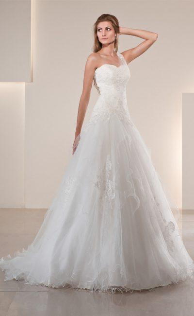 Изящное свадебное платье с кружевом на юбке и асимметричной прозрачной бретелькой.