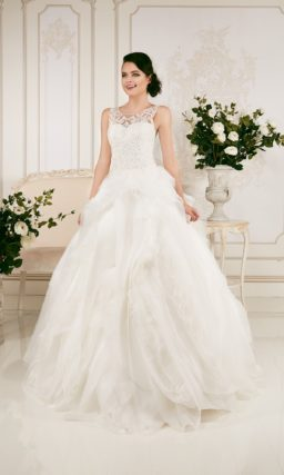 Закрытое свадебное платье пышного силуэта с ажурным лифом и оборками на юбке.