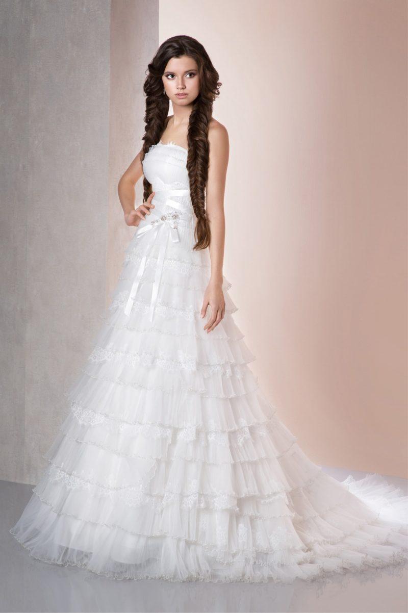 Романтичное свадебное платье силуэта «принцесса» с множеством горизонтальных оборок на юбке.