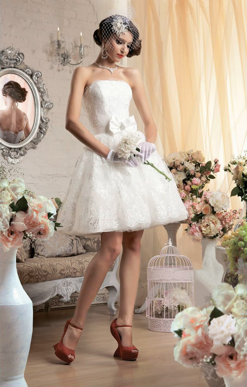 Короткое свадебное платье с пышной юбкой и широким атласным поясом с бантом.