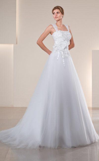 Свадебное платье силуэта «принцесса» с кружевным верхом и крупным бутоном из атласа сбоку.