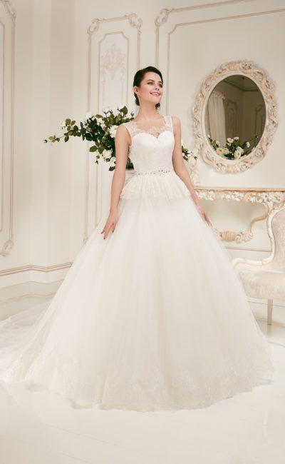 Пышное свадебное платье с кружевными бретелями и небольшой ажурной баской.